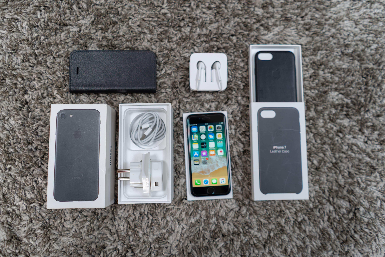 Apple získal patent na telefon s ohybným displejem po celém obvodě