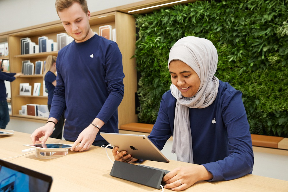 vienna-apple-employees-with-ipad-022118