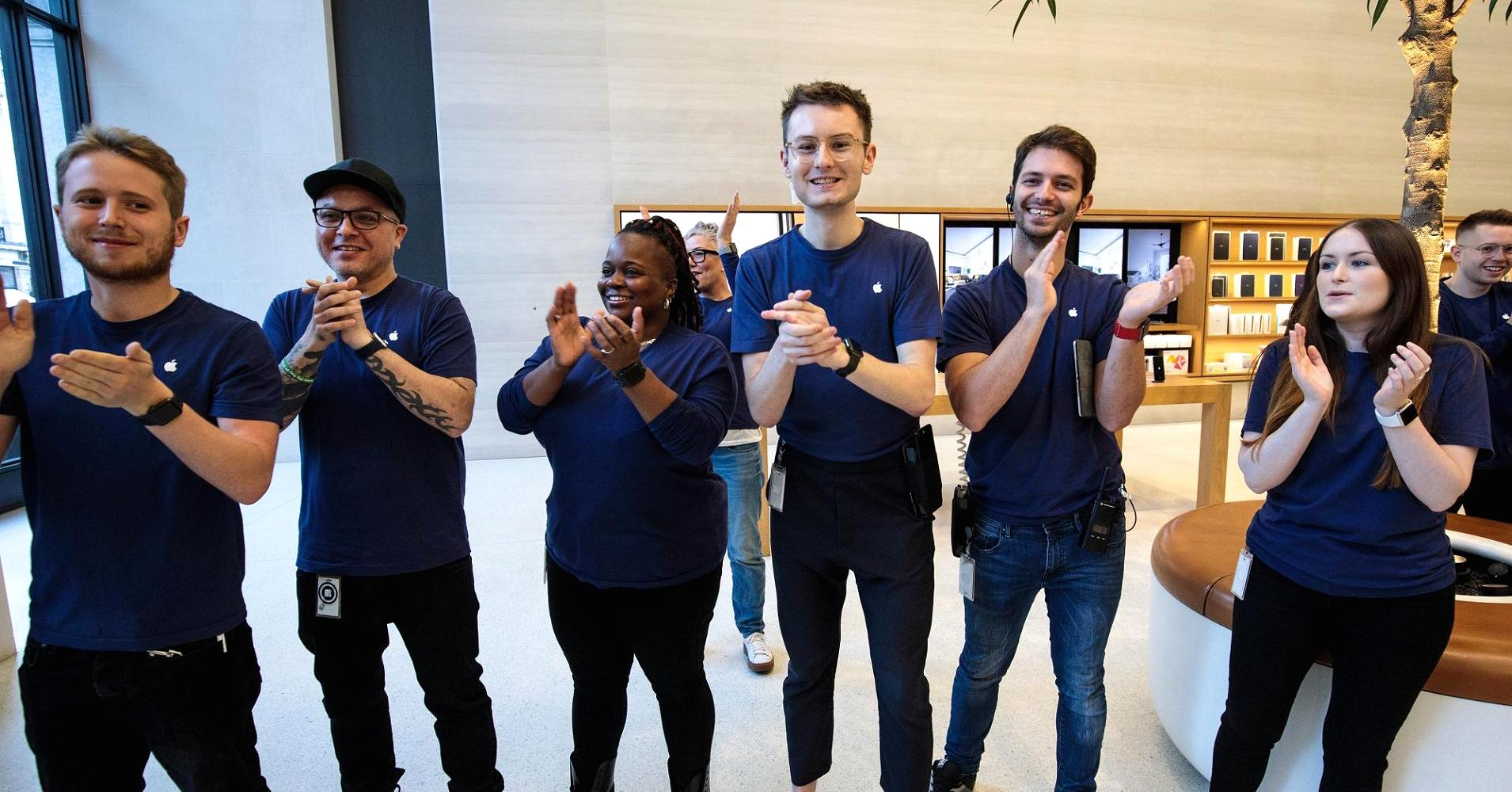 Clapping at Apple Store CNBC