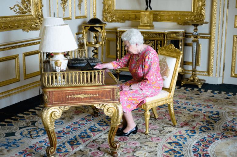 The-Queen-iPad-780×517