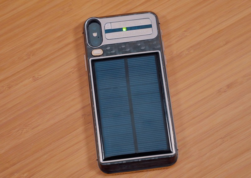 iphone-x-s-integrovanou-solarni-nabijeckou-caviar-ma-reseni-za-100-tisic-korun-1