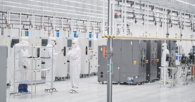Apple-US-job-creation-Finisar-workers-in-lab-01252019_big.jpg.large
