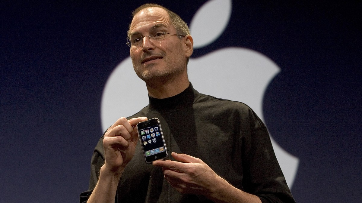 steve-jobs-predstavuje-iphone