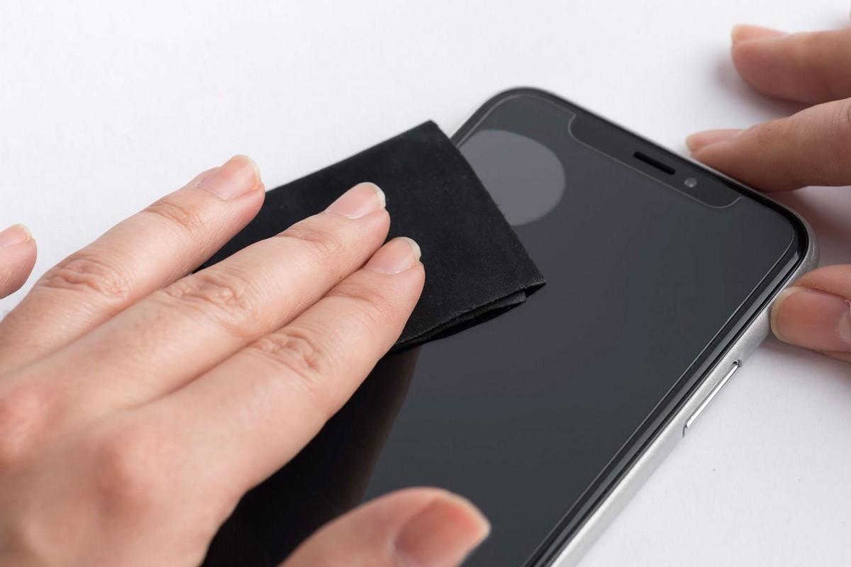 navod-jak-lepit-tvrzene-sklo-mobil-vytlaceni-bublin