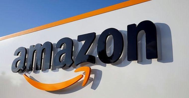 Logo Amazonu na budove