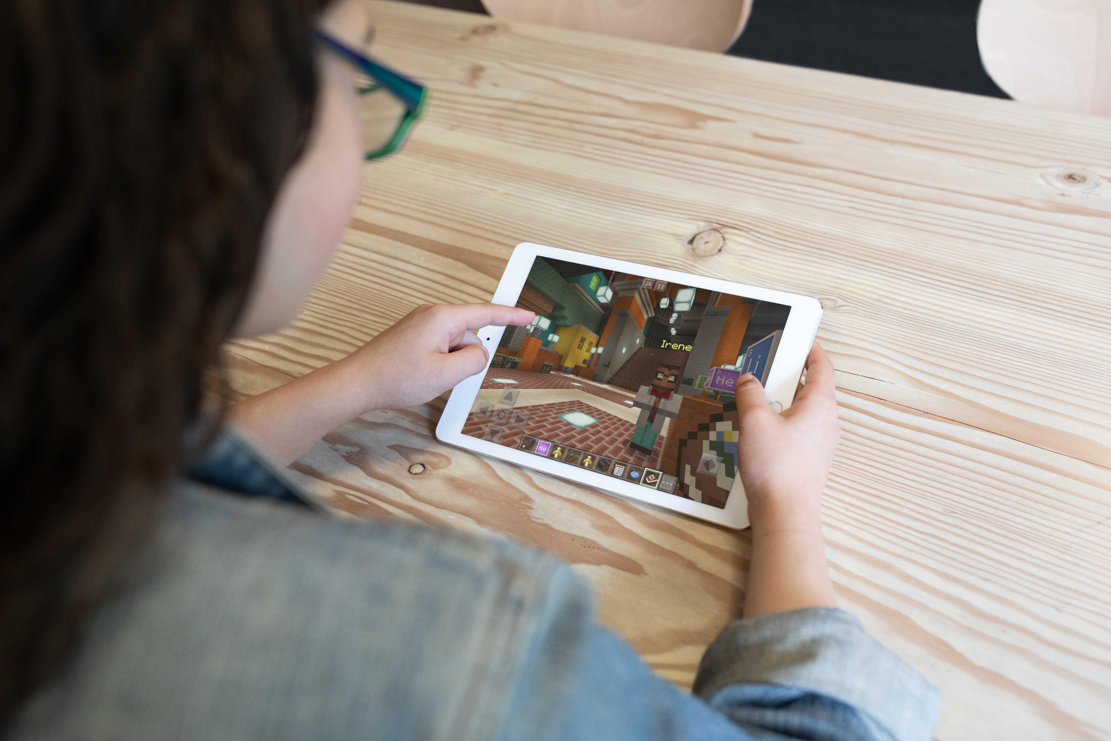 divenka hraje Minecraft na iPadu