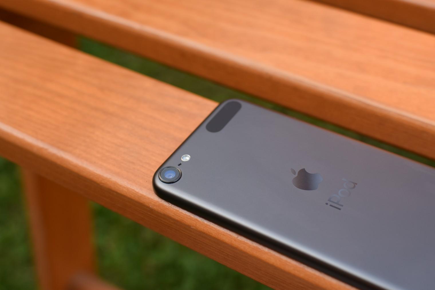 iPod touch (2019) na zidli ze shora - detail na fotoaparat
