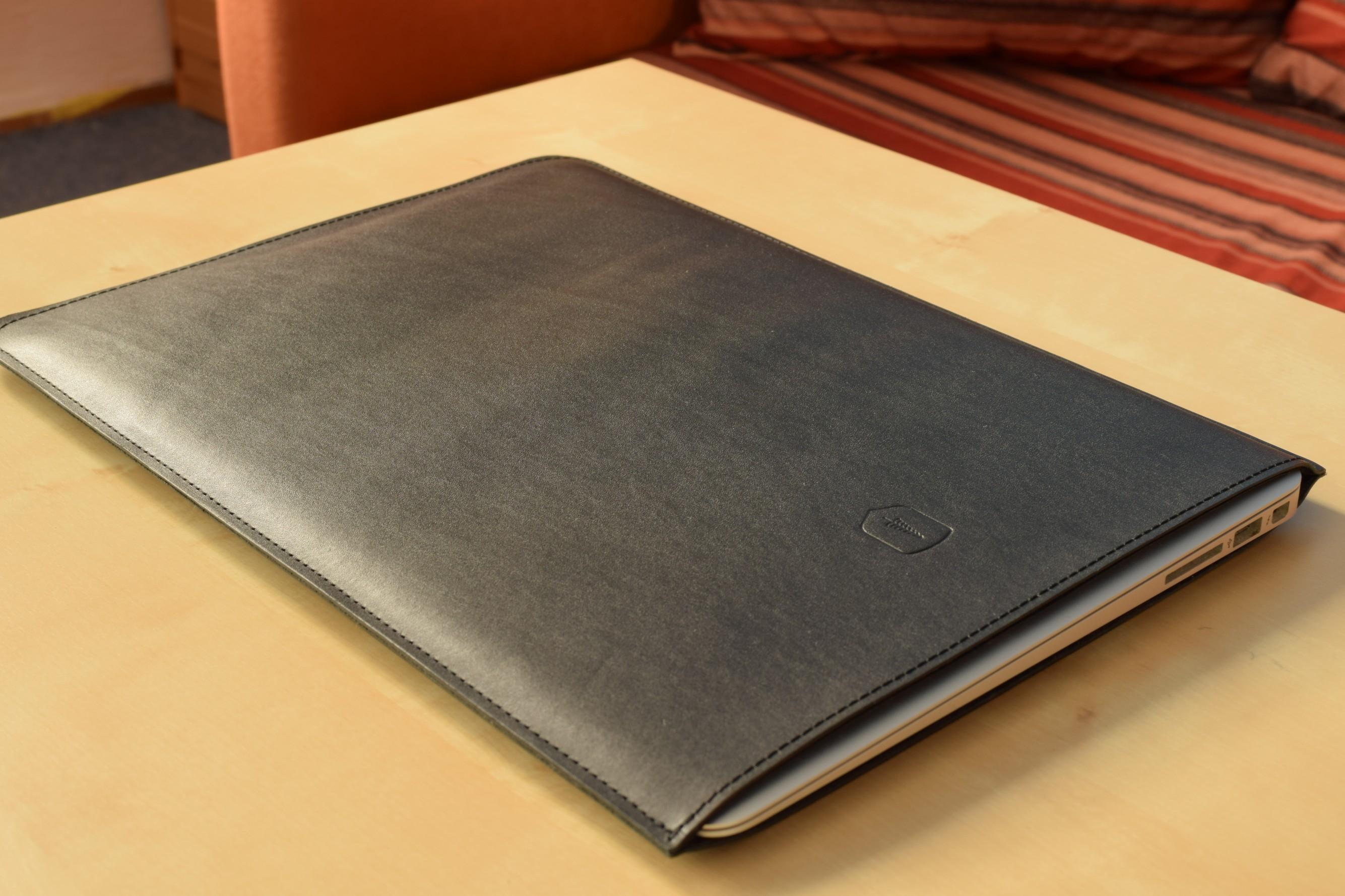 MacBook v obalu BeWooden