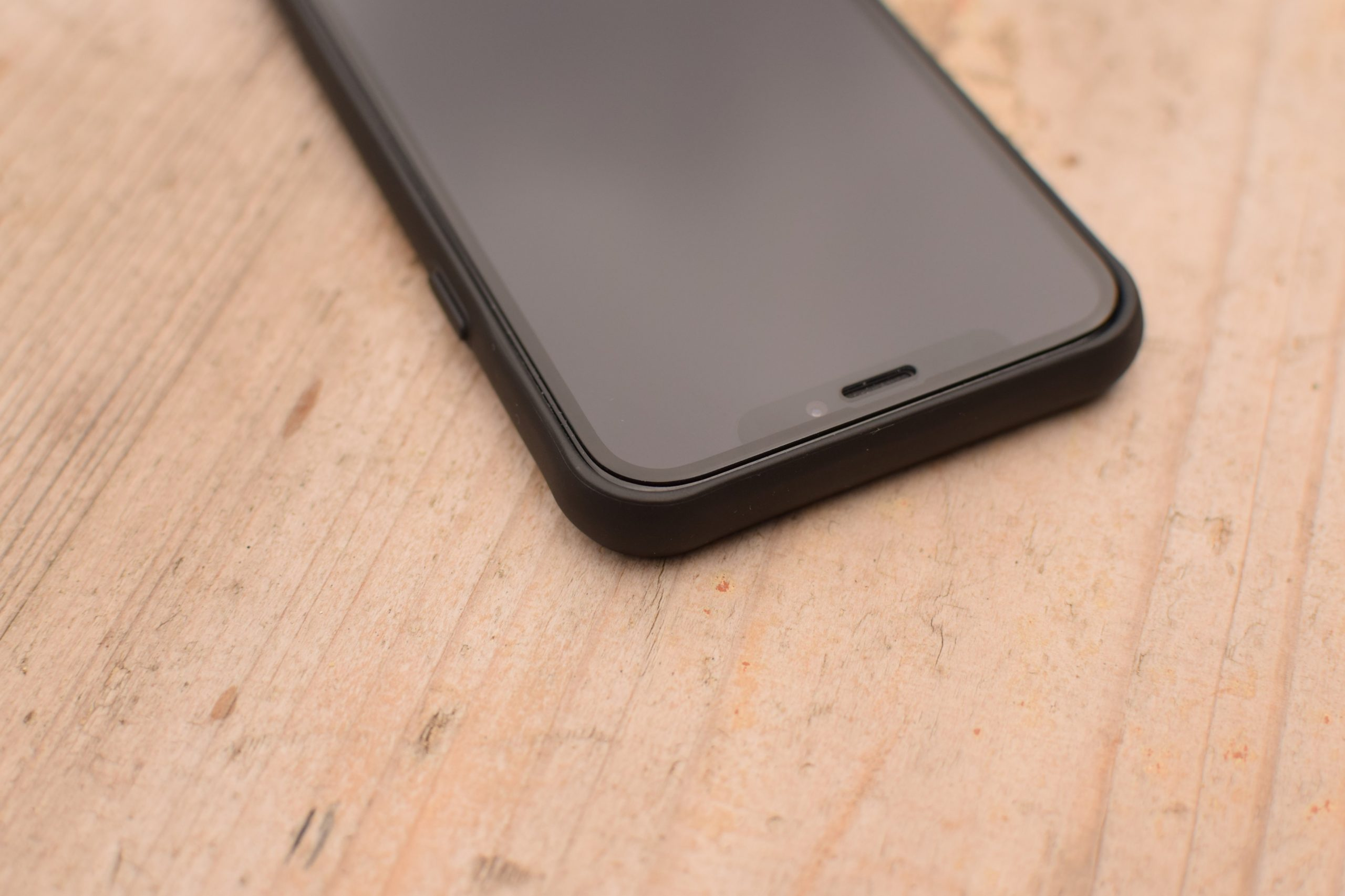 Detail na sklo a kryt ClearCase Black Edition