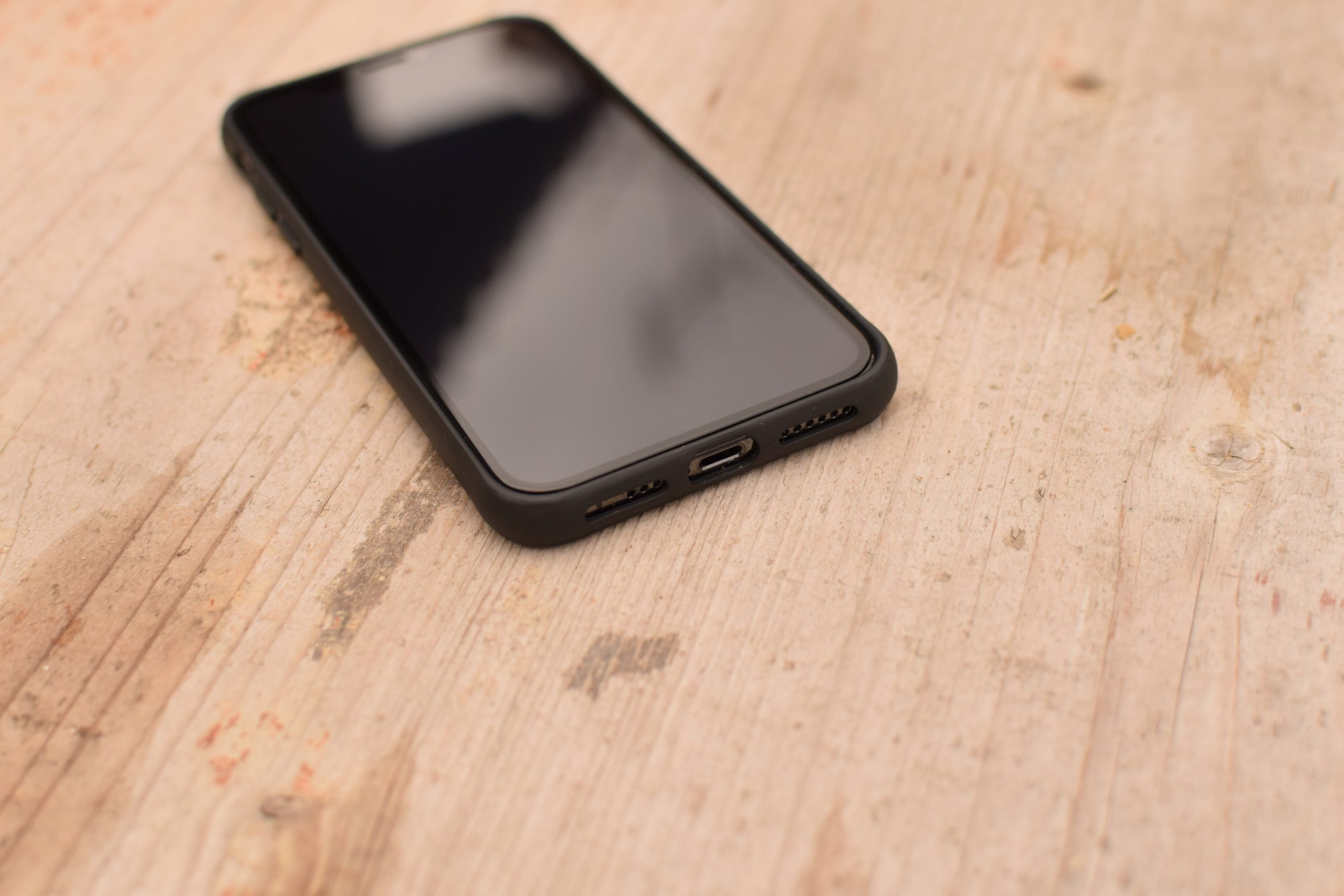 iPhone XS v krytu ClearCase Black Edition