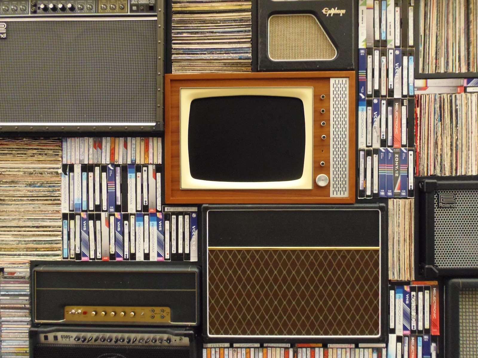 knihovna s televizi