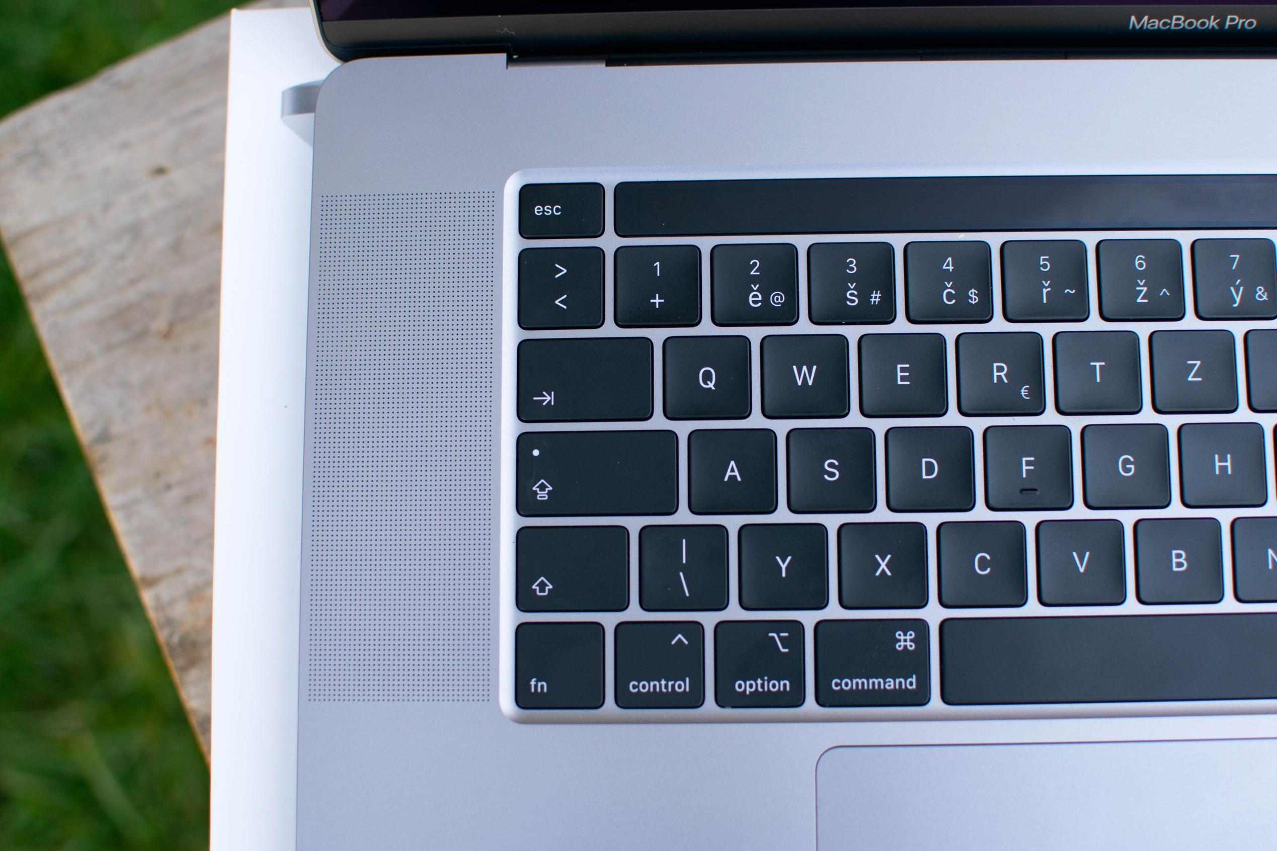 Detail klávesnice MacBooku Pro