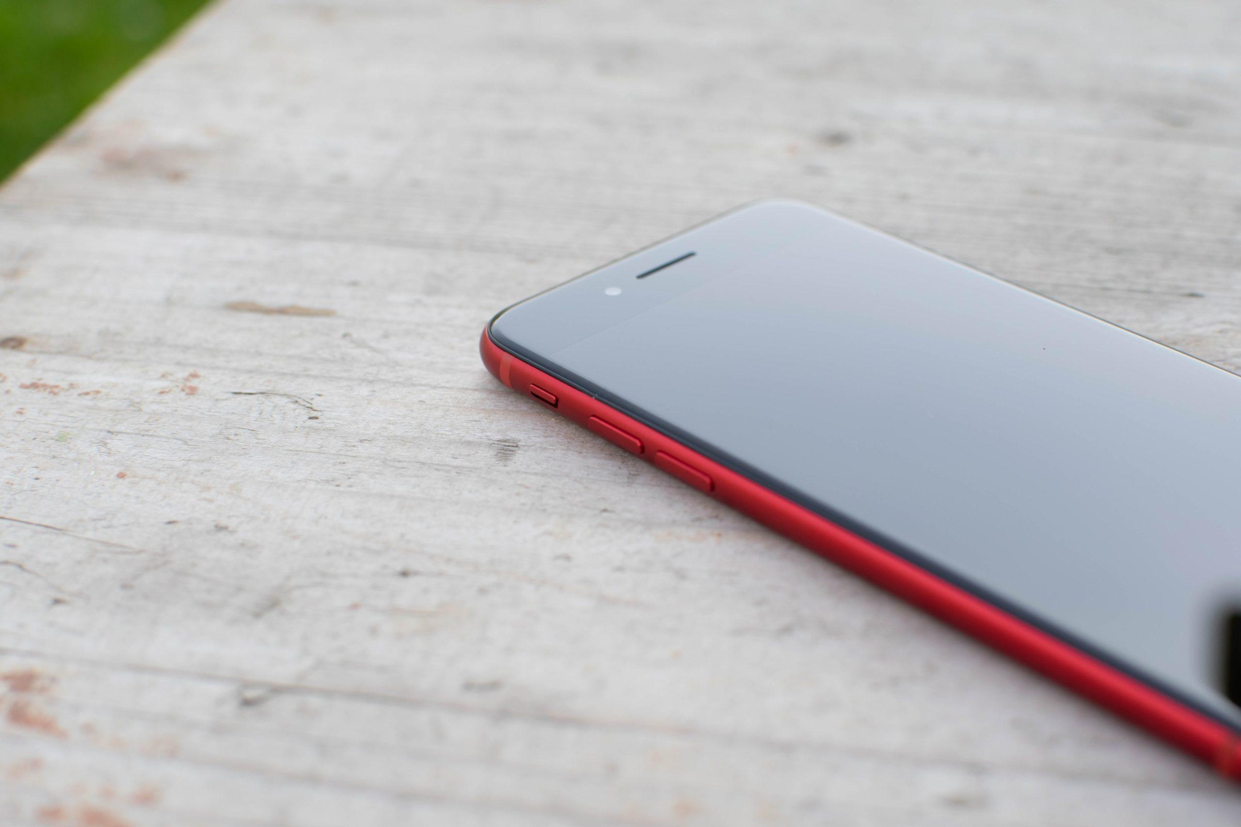 iPhone SE 2 a horní reproduktor